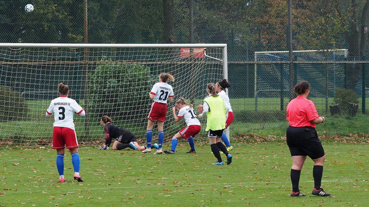 Julie Nachtigall schießt über das Tor - © hffn.de